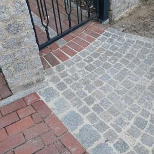 Pflasterarbeit mit Granitsteine vor der Eingangspforte