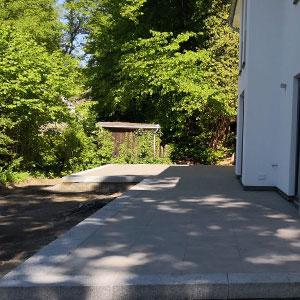Terrasse Pflastern mit 50x50 Granitsteinplatten