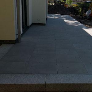 Terrassen Pflasterarbeit mit Granitsteinumrandung