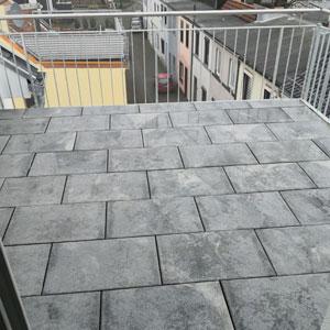 Pflasterarbeit von Dachterrasse mit 50 x 50 Pflasterplatten