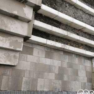 Pflasterarbeiten Terrasse mit L-Steinen und Treppe